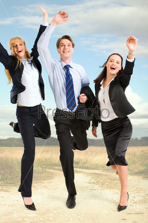 Счастливые бизнесмены стоят на фоне неба и дороги