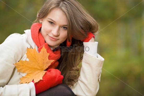 Красивая девушка на природе позирует глядя в камеру