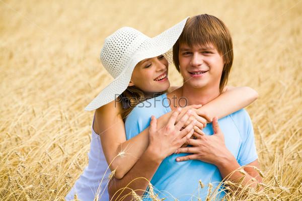 Красивая девушка обнимает своего друга и улыбается