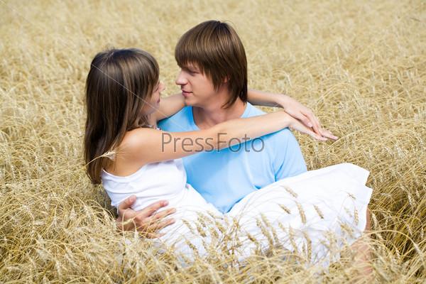 Влюбленная пара в пшеничном поле