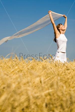 Девушка бежит по пшеничному полю