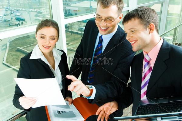 Успешные бизнесмены обсуждают контракт на встрече
