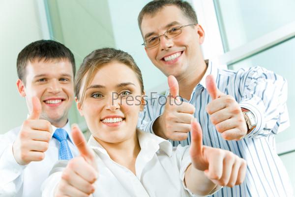 Деловые люди улыбаются и показывают знак О`кей