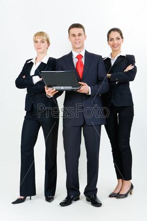 Успешные бизнес партнеры стоят рядом друг с другом и уверенно смотрят в камеру