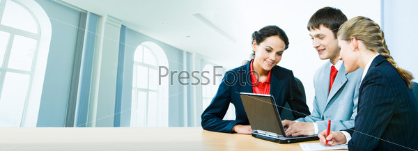 Деловые люди работают с ноутбуком на фоне офисного здания