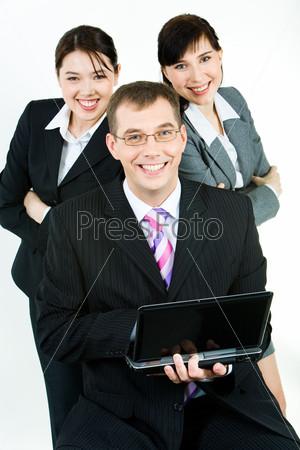 Бизнес команда под руководством уверенного лидера с ноутбуком в руках