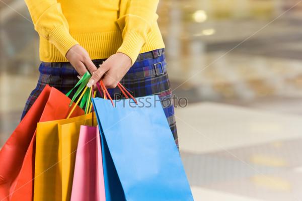 Разноцветные пакеты в женской руке