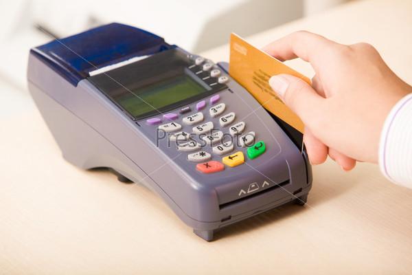 Фотография на тему Продавец с кредитной карточкой