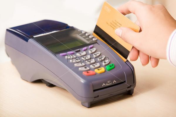 Рука продавца с кредитной карточкой в магазине
