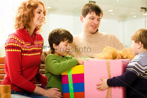 Счастливые родители дарят детям подарки