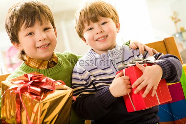 Батья держат в руках подарки от родителей