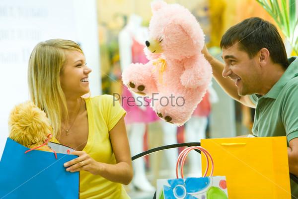 Счастливая пара развлекается в торговом центре