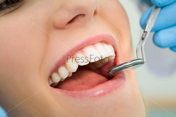 Крупный план зубов молодой пациентки во время стоматологического осмотра