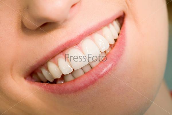 Здоровые и белые зубы молодой пациентки