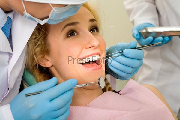 Девушка во время осмотра у стоматолога