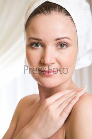 Очаровательная девушка с полотенцем на голове после принятия ванны