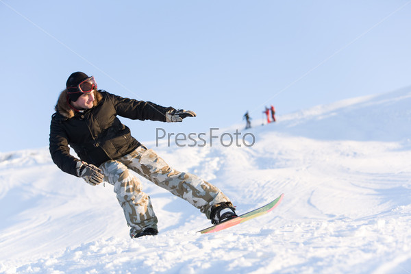 Спортсмен катается на сноуборде в свободное время