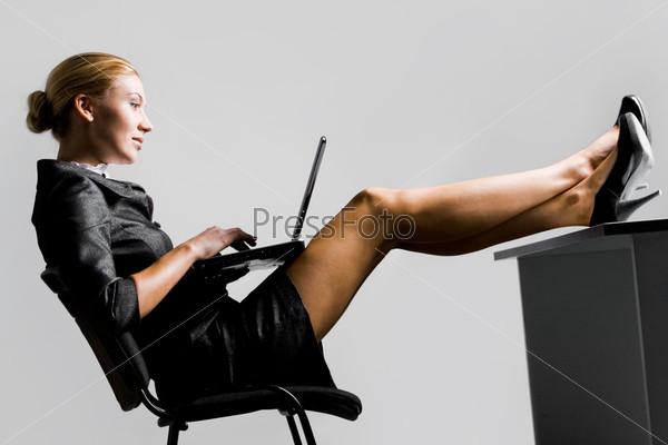 Девушки ноги под столом фото 356-992