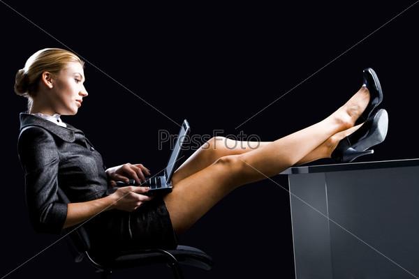 Девушки ноги под столом фото 356-367