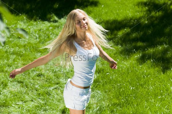 Видео девушки на природе расслабляются фото 121-781