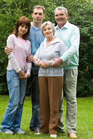 пожилая и молодая пары