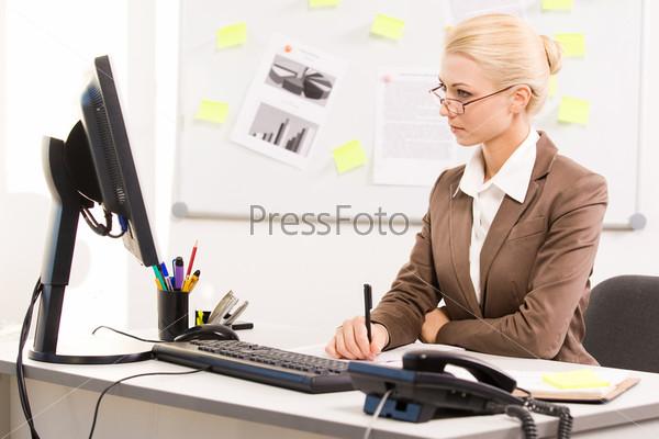 серьезная девушка на работе