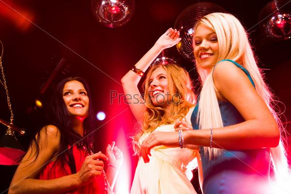 Как танцуют в ночных клубах девушки мужские джинсы для клуба