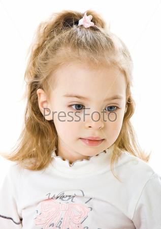 Очаровательная девочка на белом фоне