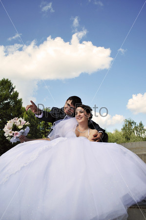 Жених указывает невесте на что-то