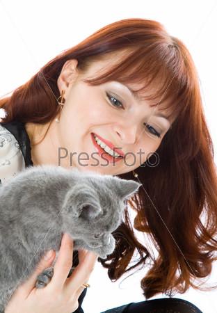 Красивая девушка с серым котенком на белом фоне