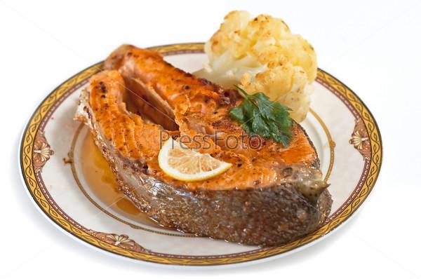 Блюдо из горбуши на белом фоне