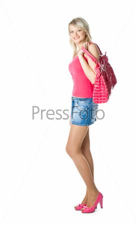 Стильная блондинка в розовых туфлях стоит на белом фоне