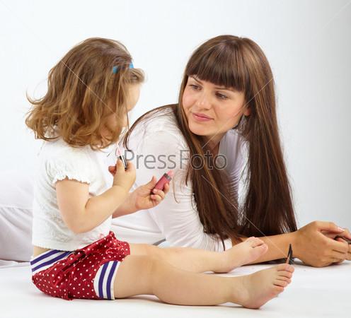 Daughter put on lipstick