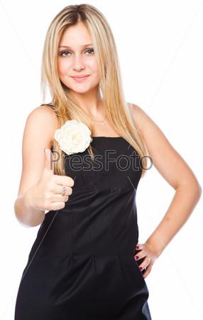 Стильная блондинка в черном платье показывает знак Окей