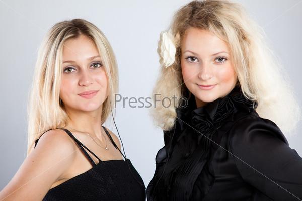 Две стильные блондинки на сером фоне