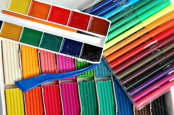 Набор пластилина, фломастеров и красок