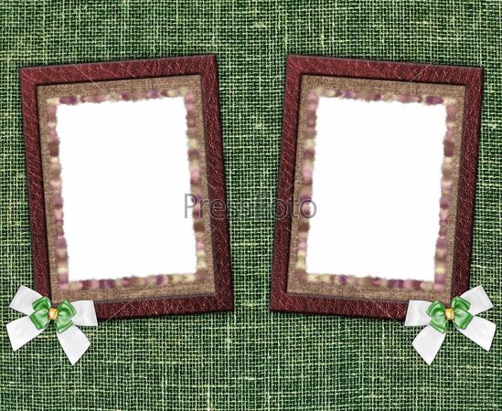 Две пустые фоторамки на зеленом фоне