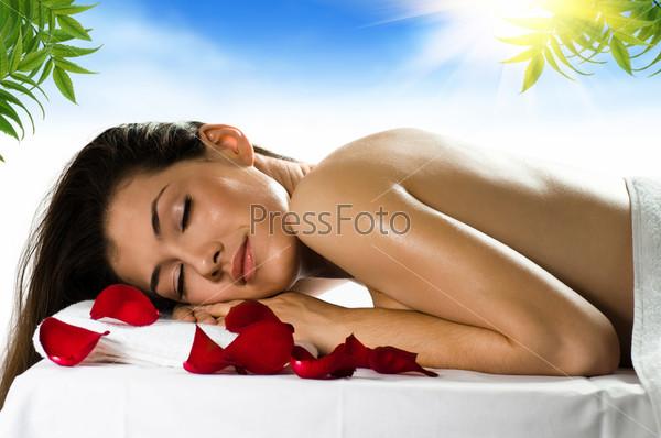 Молодая девушка расслабляется, словенская порно фото
