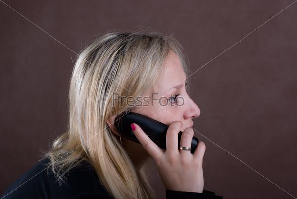 Разговаривает по телефону а ей суют самотык, ебутся мамки нехотя