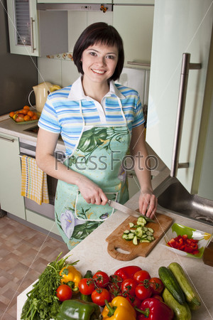 Фото женских рук готовящих салат