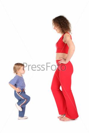 Девушка и ребенок занимаются гимнастикой