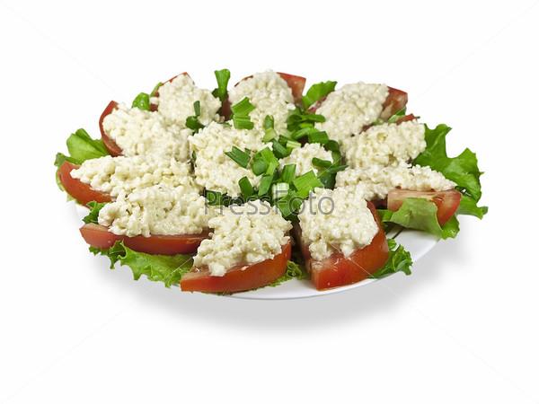 Бутерброды с тертым сыром, помидорами и чесноком на белом фоне