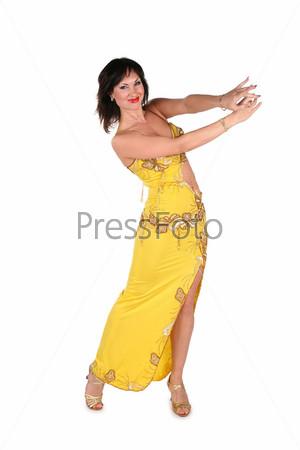 Женщина танцует танец живота