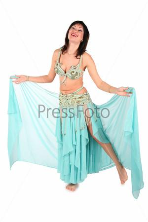 Женщина, танцующая танец живота, на белом фоне