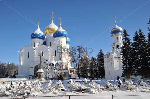 Белая церковь с куполами