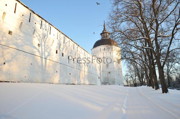 Высокая белая стена с башней