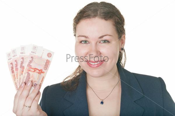 Улыбающаяся женщина с деньгами в руке на белом фоне