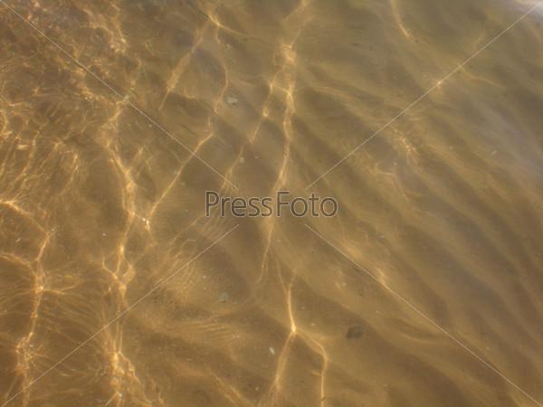 Прозрачная вода на берегу реки