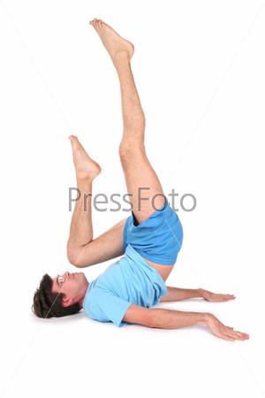Мужчина делает физические упражнения на полу
