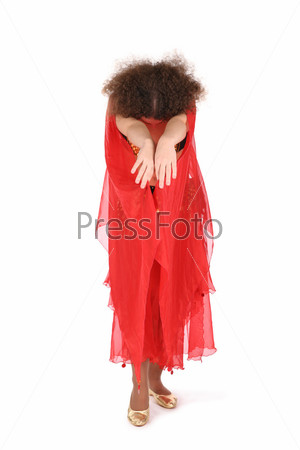 Девушка в красном танцует на белом фоне